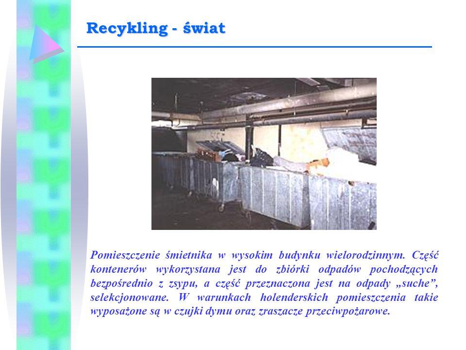 Pomieszczenie śmietnika w wysokim budynku wielorodzinnym. Część kontenerów wykorzystana jest do zbiórki odpadów pochodzących bezpośrednio z zsypu, a c