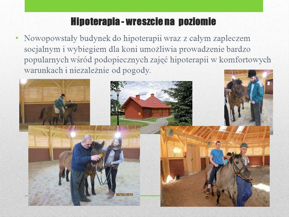 Hipoterapia - wreszcie na poziomie Nowopowstały budynek do hipoterapii wraz z całym zapleczem socjalnym i wybiegiem dla koni umożliwia prowadzenie bardzo popularnych wśród podopiecznych zajęć hipoterapii w komfortowych warunkach i niezależnie od pogody.