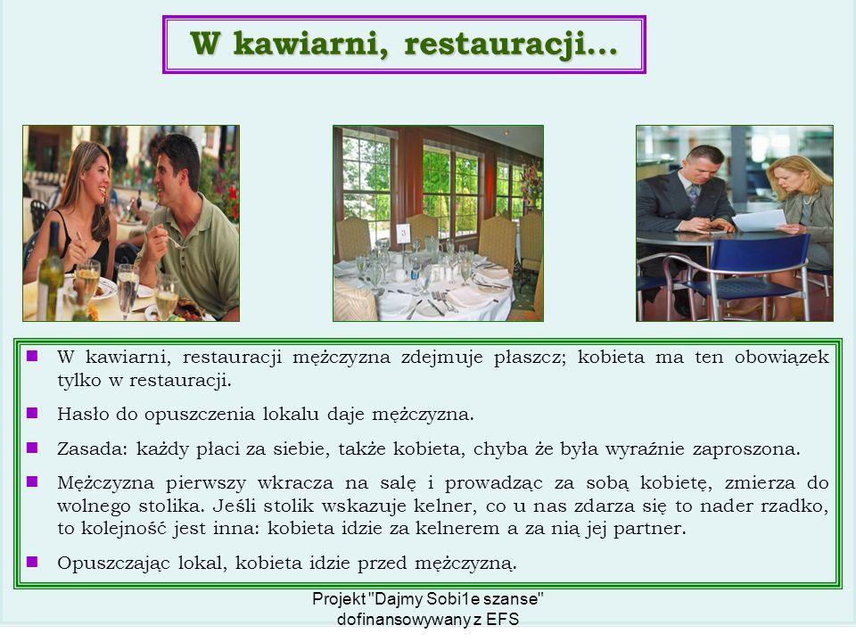 W kawiarni, restauracji mężczyzna zdejmuje płaszcz; kobieta ma ten obowiązek tylko w restauracji.