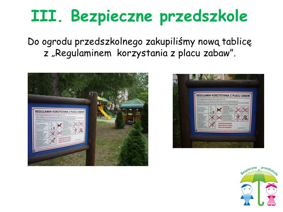 """Do ogrodu przedszkolnego zakupiliśmy nową tablicę z """"Regulaminem korzystania z placu zabaw"""". III. Bezpieczne przedszkole"""