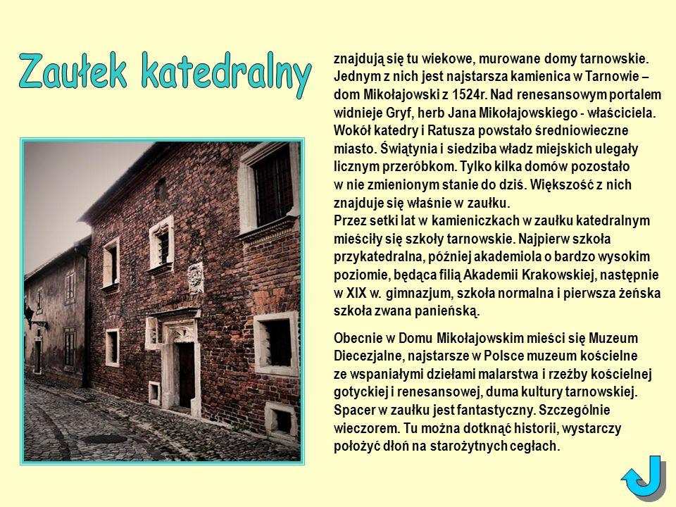 znajdują się tu wiekowe, murowane domy tarnowskie.