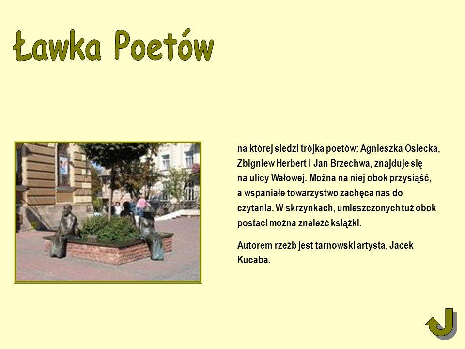 na której siedzi trójka poetów: Agnieszka Osiecka, Zbigniew Herbert i Jan Brzechwa, znajduje się na ulicy Wałowej.