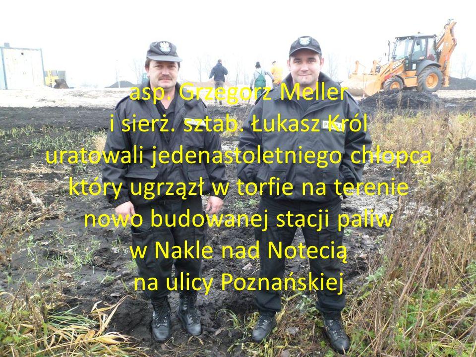 asp. Grzegorz Meller i sierż. sztab. Łukasz Król uratowali jedenastoletniego chłopca który ugrzązł w torfie na terenie nowo budowanej stacji paliw w N