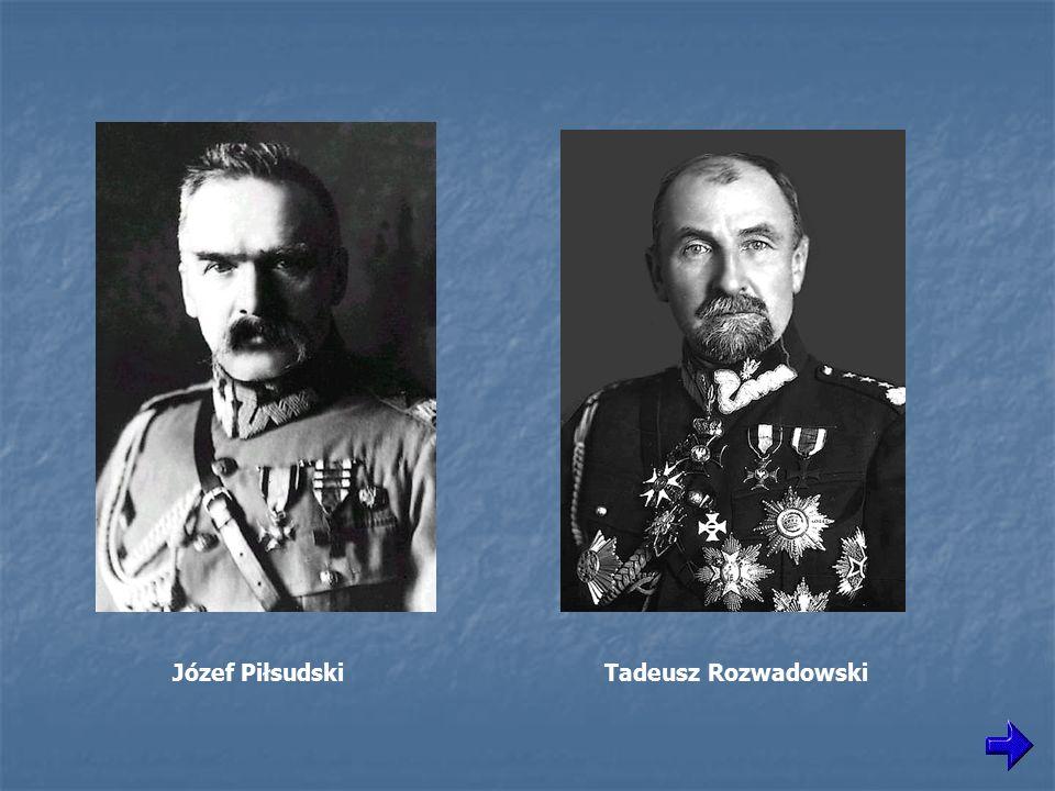 1919-1920, Tarnopol, Ukraina, Józef Piłsudski obok stołu, na którym leżą sztandary