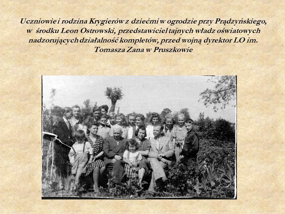 Uczniowie i rodzina Krygierów z dziećmi w ogrodzie przy Prądzyńskiego, w środku Leon Ostrowski, przedstawiciel tajnych władz oświatowych nadzorujących działalność kompletów, przed wojną dyrektor LO im.