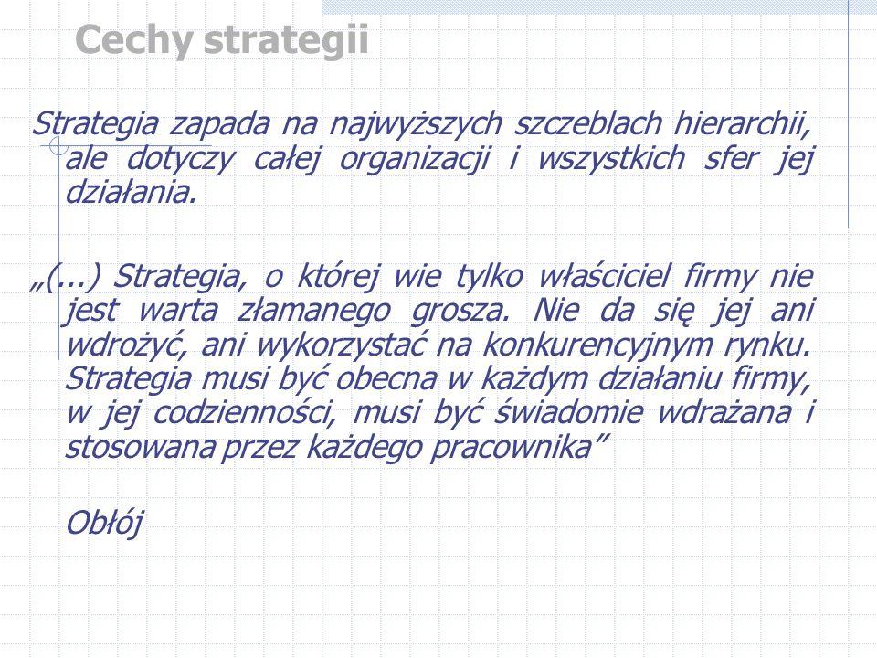 """Cechy strategii Strategia zapada na najwyższych szczeblach hierarchii, ale dotyczy całej organizacji i wszystkich sfer jej działania. """"(...) Strategia"""