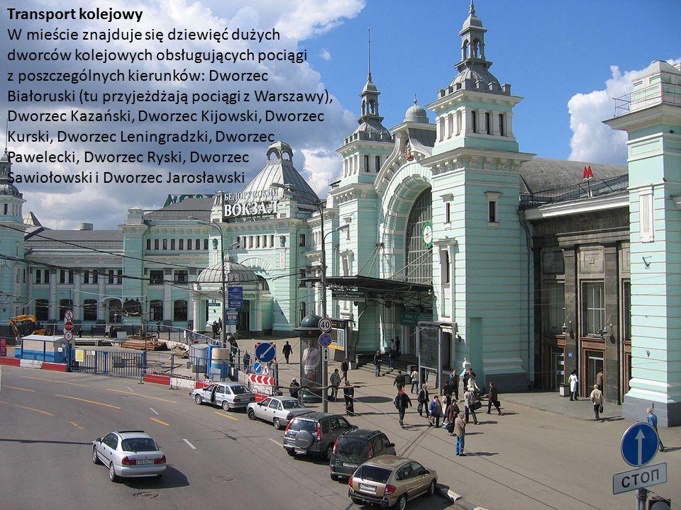 Transport kolejowy W mieście znajduje się dziewięć dużych dworców kolejowych obsługujących pociągi z poszczególnych kierunków: Dworzec Białoruski (tu przyjeżdżają pociągi z Warszawy), Dworzec Kazański, Dworzec Kijowski, Dworzec Kurski, Dworzec Leningradzki, Dworzec Pawelecki, Dworzec Ryski, Dworzec Sawiołowski i Dworzec Jarosławski