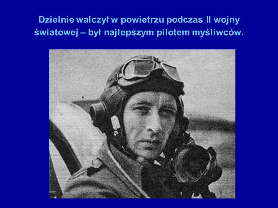Skalski i Czerwiński przyczepiają godło Polski do samolotu.