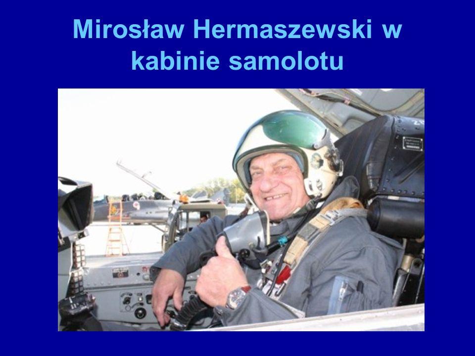 Mirosław Hermaszewski w kabinie samolotu