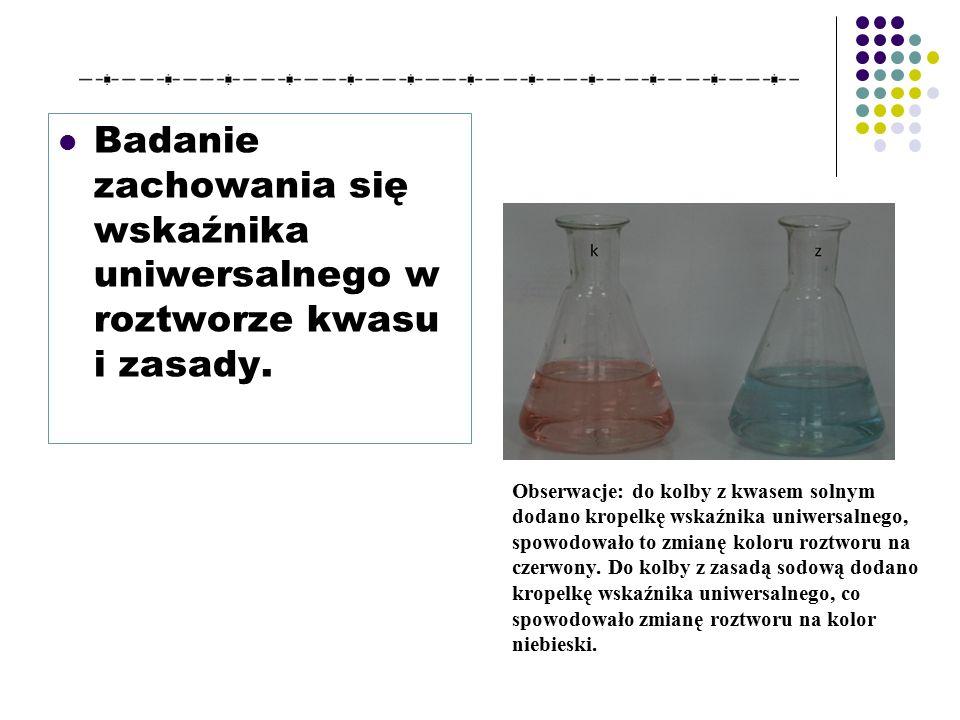 Badanie zachowania się wskaźnika uniwersalnego w roztworze kwasu i zasady.
