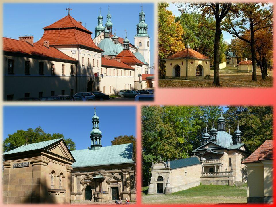 HACZÓW, kościół Wniebowzięcia NMP Kościół w Haczowie jest największym gotyckim drewnianym kościołem w Europie i jednocześnie najstarszym kościołem drewnianym konstrukcji zrębowej w Polsce.