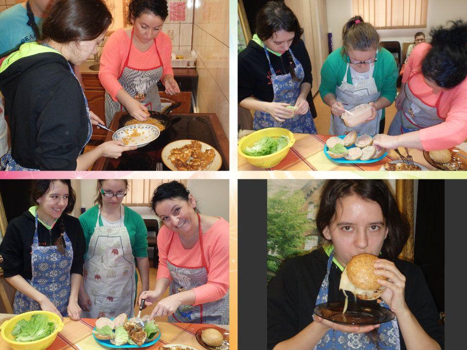 Przygotowanie Umytą pierś kurczaka lub indyka rozbić i przyprawić. Panierować filety w jajku i płatkach kukurydzianych. Podsmażyć gotowe filety na pat