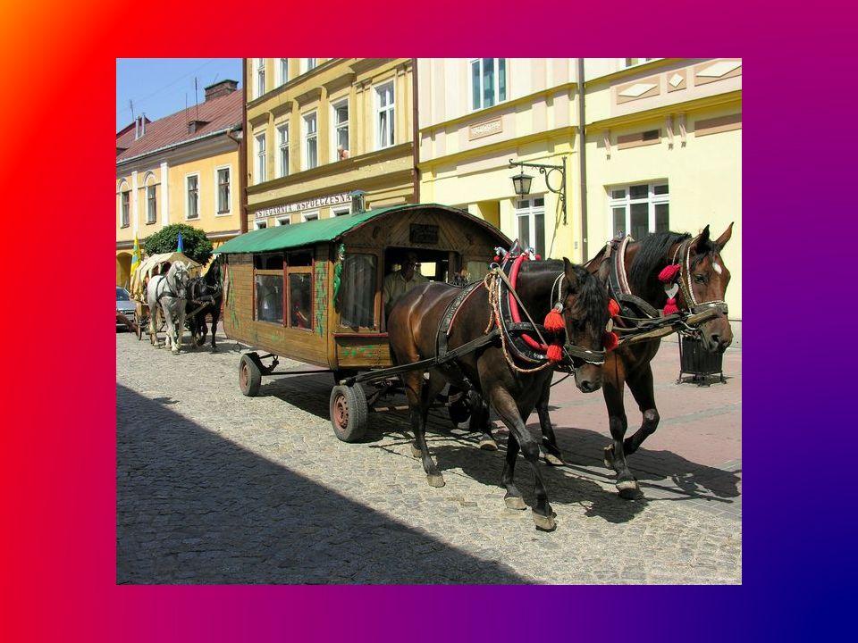 Barwny Tabor tradycyjnie przemierza ulice Tarnowa, zatrzymując się w miejscach martyrologii, na cmentarzach, gdzie znajdują się groby pomordowanych, bezimiennych często Romów...