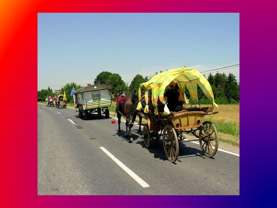 Następnie lokalnymi drogami barwny korowód mija małe miasteczka i wsie, wszędzie przyjmowany z życzliwością, uśmiechem i często ogromnym zaciekawieniem, pomimo, że to już dziesięcioletnia tradycja...