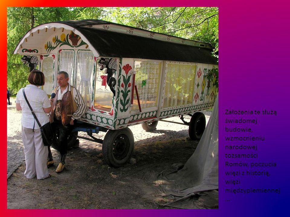 To również czas spotkań, oraz eksponowanie symboli romskich, uznanych przez instytucje międzynarodowe - flagi i hymnu.