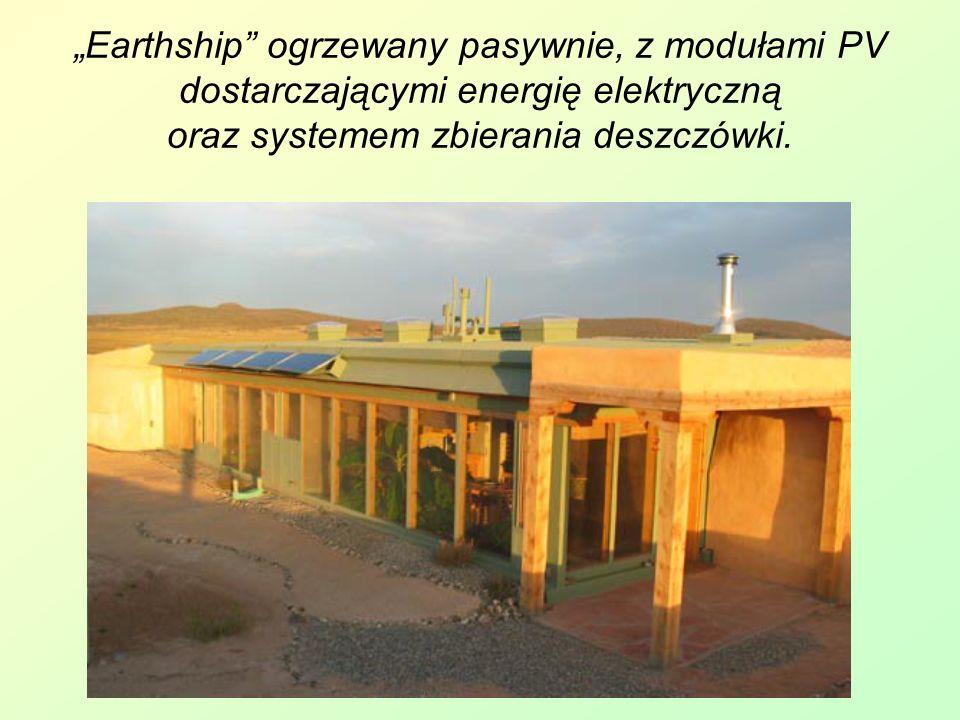 """""""Earthship ogrzewany pasywnie, z modułami PV dostarczającymi energię elektryczną oraz systemem zbierania deszczówki."""