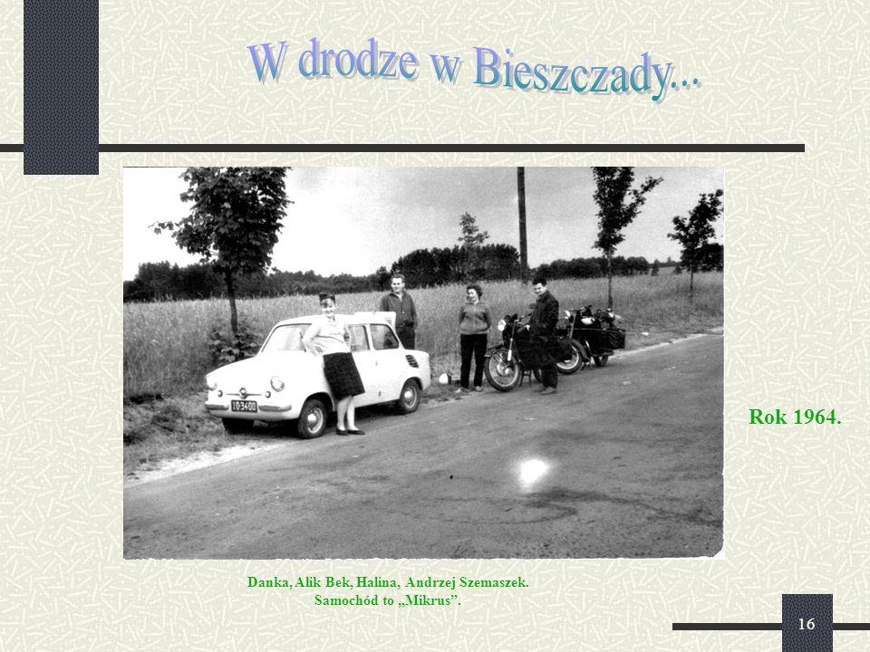 """16 Rok 1964. Danka, Alik Bek, Halina, Andrzej Szemaszek. Samochód to """"Mikrus""""."""