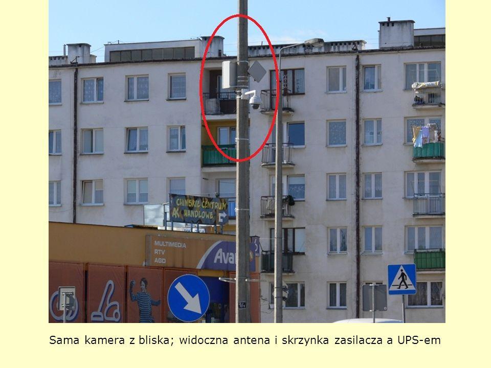 Sama kamera z bliska; widoczna antena i skrzynka zasilacza a UPS-em