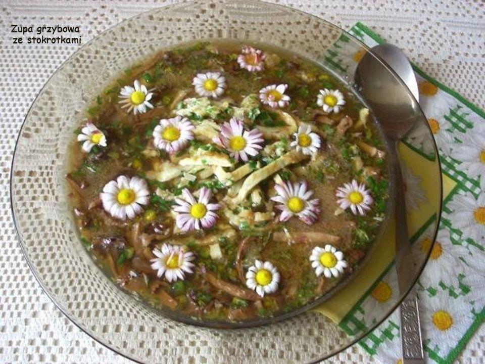 Zupa grzybowa ze stokrotkami 1-1,2 l wywaru (także z kostki bulionowej), kilka suszonych grzybów, szczypta kminku, 1 łyżka kaszy manny, garść listków i kwiatów stokrotki, pęczek młodej cebuli (dymki) ze szczypiorem, sól, pieprz, szczypiorek, 4 jaja, 2 łyżki masła.