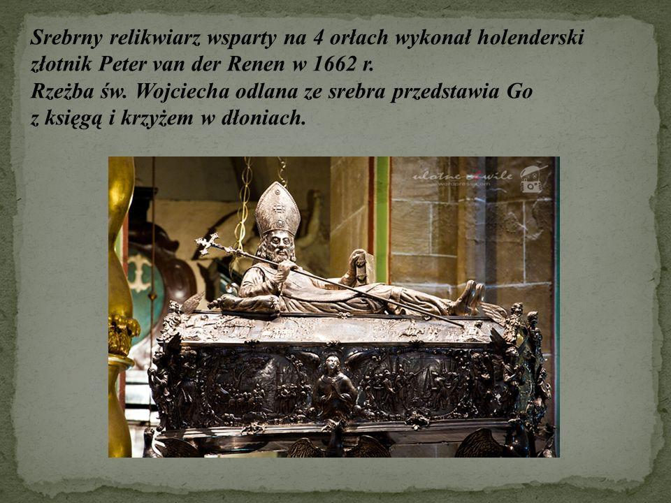Srebrny relikwiarz wsparty na 4 orłach wykonał holenderski złotnik Peter van der Renen w 1662 r. Rzeżba św. Wojciecha odlana ze srebra przedstawia Go