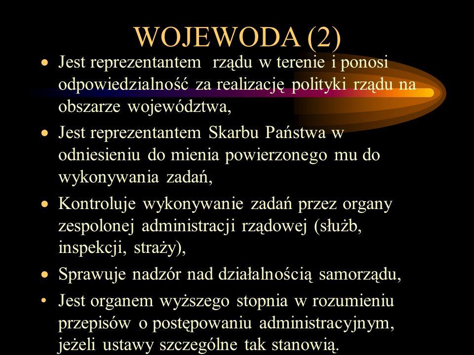 WOJEWODA (2)  Jest reprezentantem rządu w terenie i ponosi odpowiedzialność za realizację polityki rządu na obszarze województwa,  Jest reprezentant