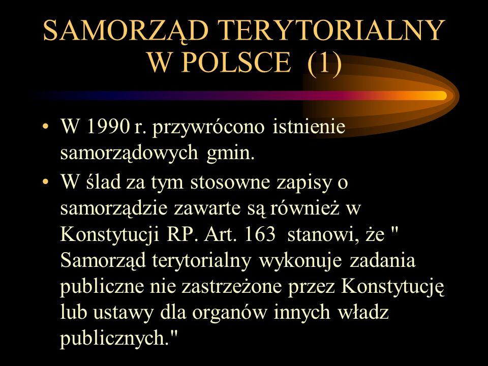 SAMORZĄD TERYTORIALNY W POLSCE (1) W 1990 r. przywrócono istnienie samorządowych gmin. W ślad za tym stosowne zapisy o samorządzie zawarte są również