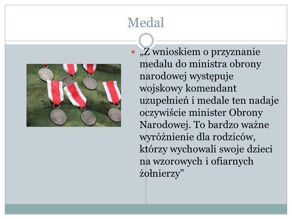 """Medal """"Z wnioskiem o przyznanie medalu do ministra obrony narodowej występuje wojskowy komendant uzupełnień i medale ten nadaje oczywiście minister Ob"""