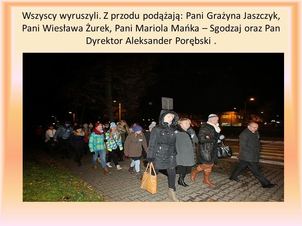 Wszyscy wyruszyli. Z przodu podążają: Pani Grażyna Jaszczyk, Pani Wiesława Żurek, Pani Mariola Mańka – Sgodzaj oraz Pan Dyrektor Aleksander Porębski.