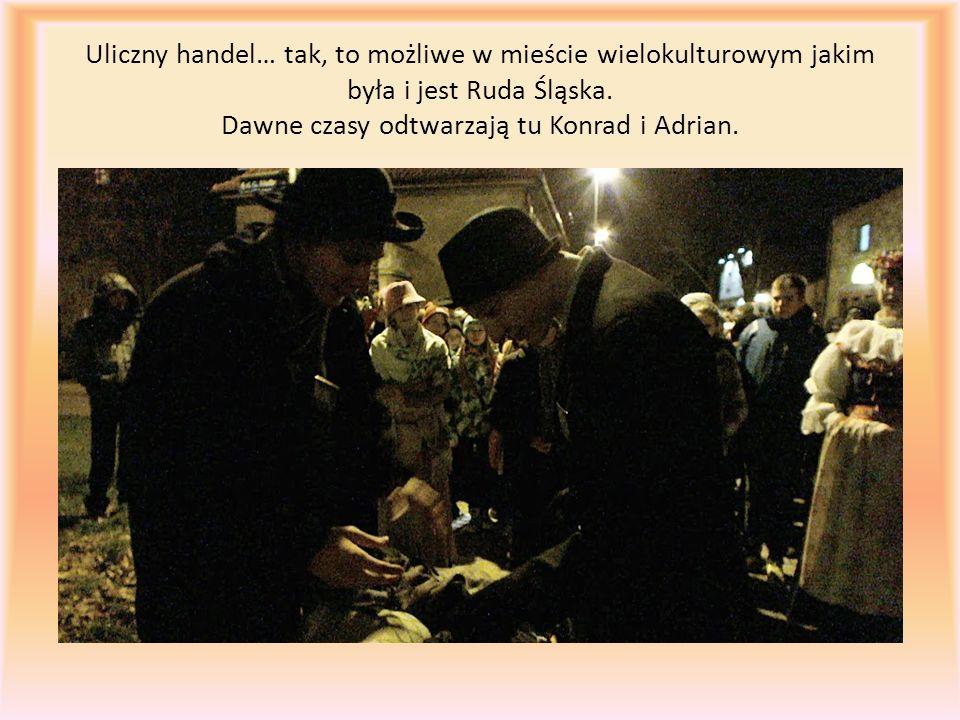 Uliczny handel… tak, to możliwe w mieście wielokulturowym jakim była i jest Ruda Śląska. Dawne czasy odtwarzają tu Konrad i Adrian.