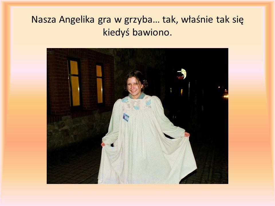Nasza Angelika gra w grzyba… tak, właśnie tak się kiedyś bawiono.