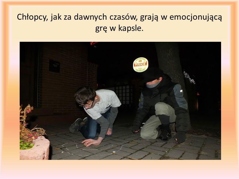 Chłopcy, jak za dawnych czasów, grają w emocjonującą grę w kapsle.