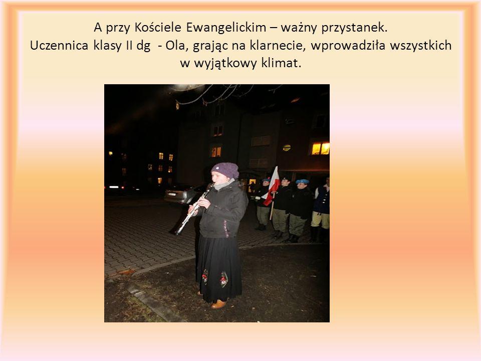 A przy Kościele Ewangelickim – ważny przystanek. Uczennica klasy II dg - Ola, grając na klarnecie, wprowadziła wszystkich w wyjątkowy klimat.