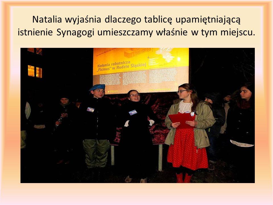 Natalia wyjaśnia dlaczego tablicę upamiętniającą istnienie Synagogi umieszczamy właśnie w tym miejscu.