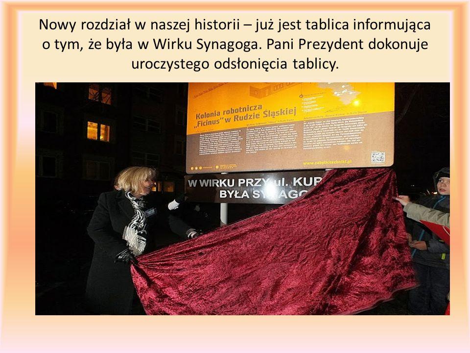 Nowy rozdział w naszej historii – już jest tablica informująca o tym, że była w Wirku Synagoga. Pani Prezydent dokonuje uroczystego odsłonięcia tablic