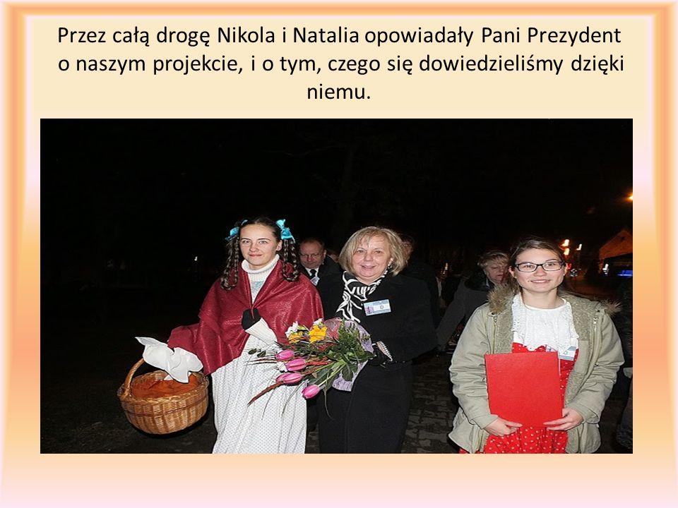 Przez całą drogę Nikola i Natalia opowiadały Pani Prezydent o naszym projekcie, i o tym, czego się dowiedzieliśmy dzięki niemu.