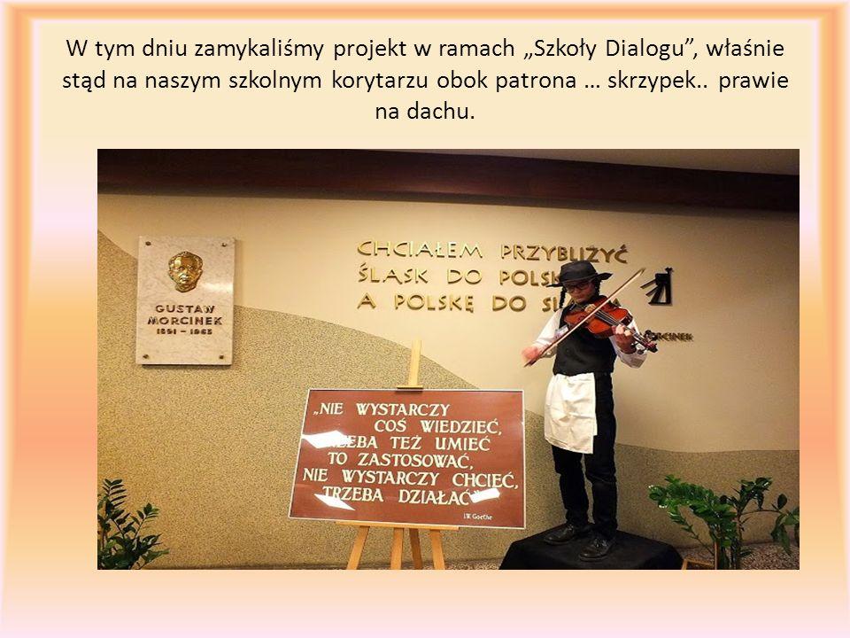"""W tym dniu zamykaliśmy projekt w ramach """"Szkoły Dialogu"""", właśnie stąd na naszym szkolnym korytarzu obok patrona … skrzypek.. prawie na dachu."""