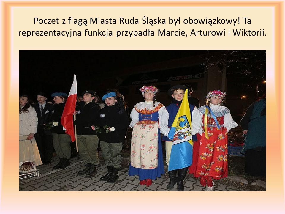 Poczet z flagą Miasta Ruda Śląska był obowiązkowy! Ta reprezentacyjna funkcja przypadła Marcie, Arturowi i Wiktorii.