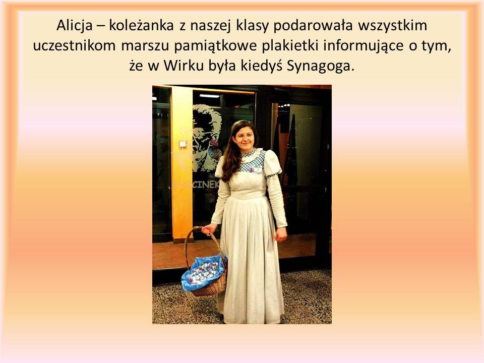 Alicja – koleżanka z naszej klasy podarowała wszystkim uczestnikom marszu pamiątkowe plakietki informujące o tym, że w Wirku była kiedyś Synagoga.