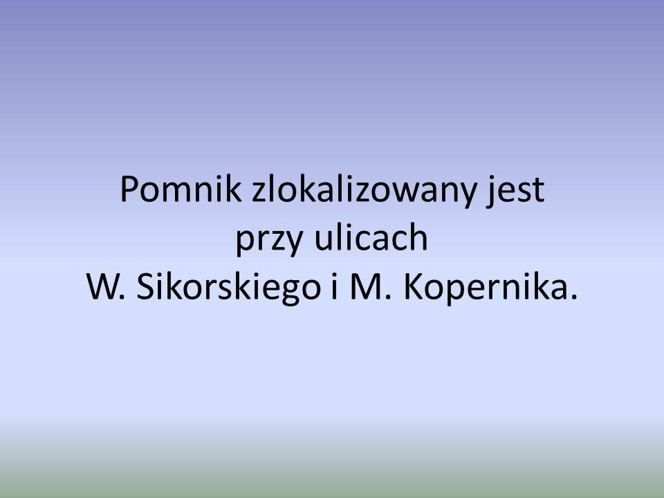 Pomnik zlokalizowany jest przy ulicach W. Sikorskiego i M. Kopernika.