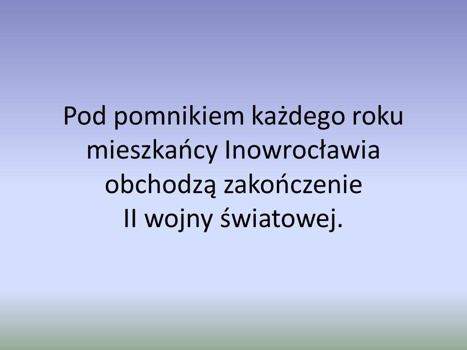 Pod pomnikiem każdego roku mieszkańcy Inowrocławia obchodzą zakończenie II wojny światowej.