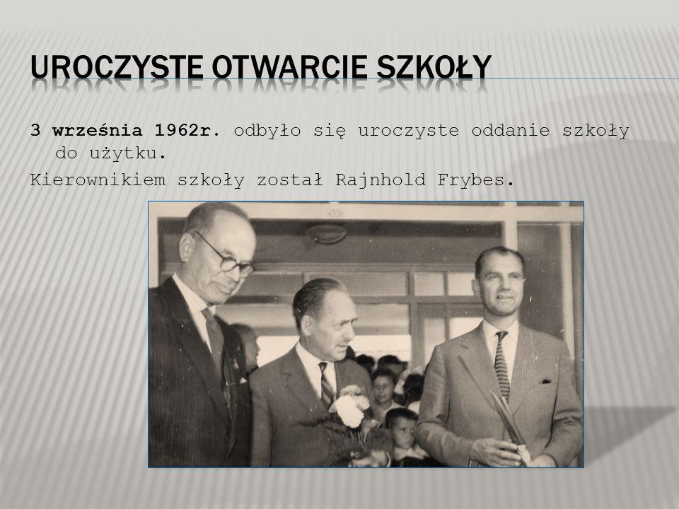 3 września 1962r. odbyło się uroczyste oddanie szkoły do użytku. Kierownikiem szkoły został Rajnhold Frybes.