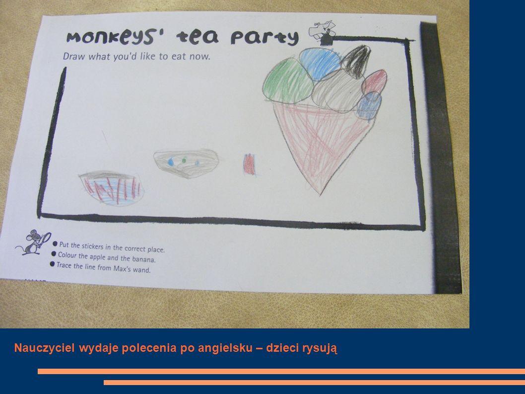 Nauczyciel wydaje polecenia po angielsku – dzieci rysują