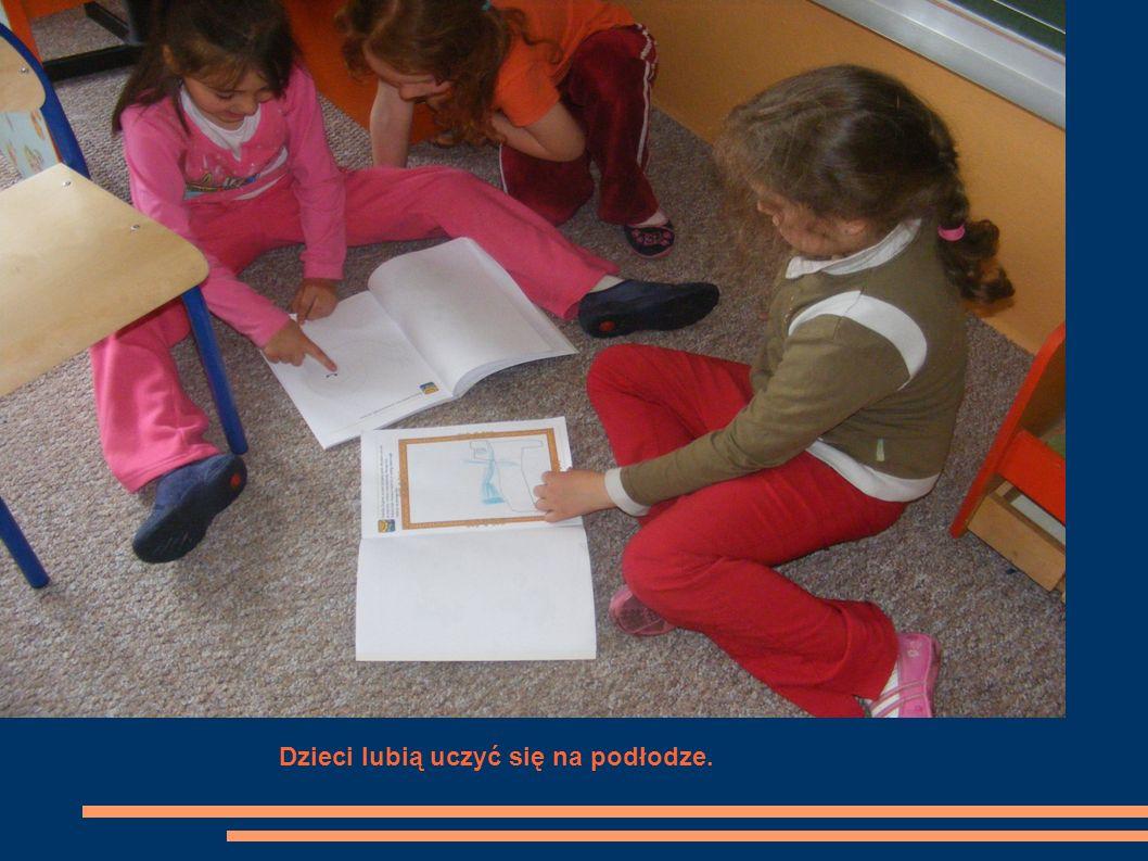 Dzieci lubią uczyć się na podłodze.