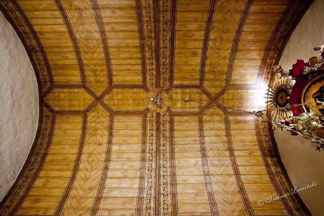 Kokoszkowy Kamienno-ceglany kościół p.w. św. Barbary zbudowany w XIII w. Kościół i otoczenie zachowane w niezmienionym kształcie od XIV w.