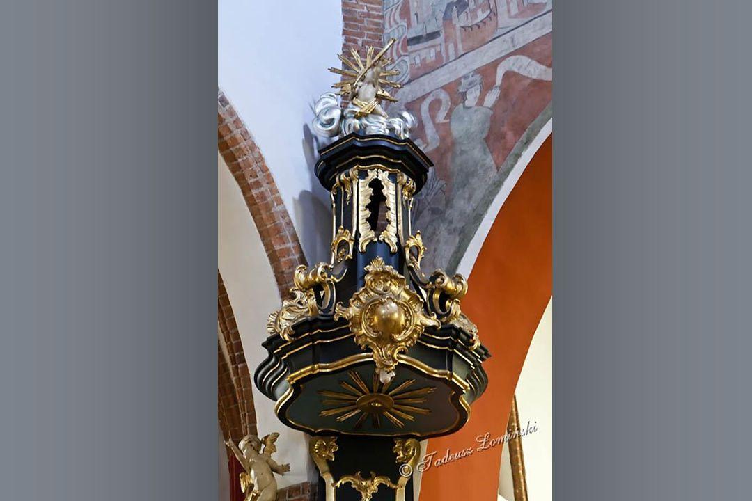 Barokowy ołtarz główny św. Barbary z XIV w. Rokokowe ołtarze boczne z II połowy XVIII w.