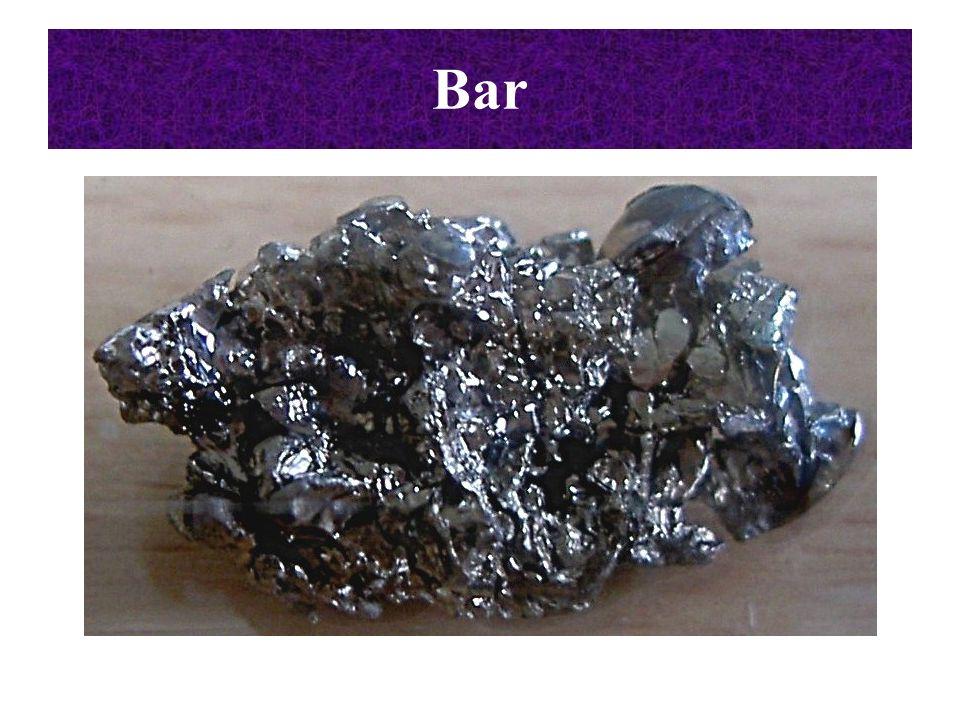 Najważniejsze reakcje berylowców Reakcje berylowców z tlenem: 2Me + O 2  2MeO (rozdrobniony stront, bar, rad w kontakcie z powietrzem zapalają się samorzutnie) Bar po ogrzaniu i w nadmiarze tlenu tworzy nadtlenek: Ba + O 2  BaO 2