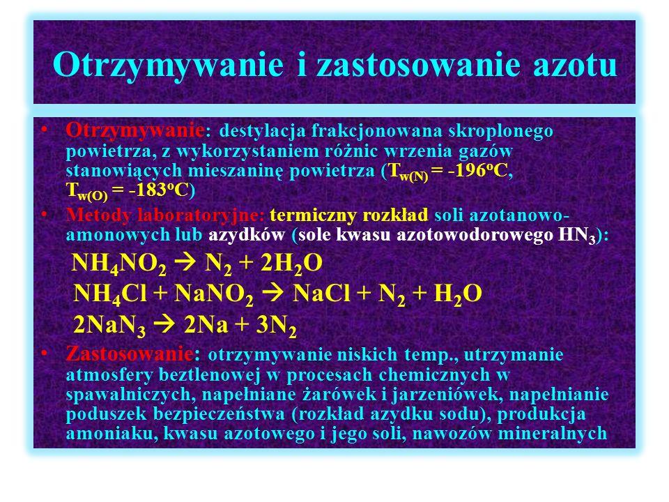 Kwas azotowy(V) HNO 3 Właściwości fizyczne: bezbarwna ciecz, o gęstości większej od gęstości wody, dobrze rozpuszczalna w wodzie (max stężenie 69%), o silnych właściwościach żrących i utleniających, bardzo mocny elektrolit, ulega rozkładowi pod wpływem światła uv, w kontakcie ze skórą wchodzi w reakcję z białkami –barwa żółta (reakcja ksantoproteinowa – nitrowanie pierścieni aromatycznych reszt aminokwasów) 4HNO 3  4NO 2 + O 2 + 2H 2 O