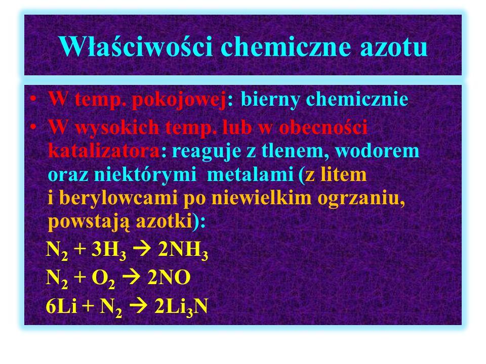Kwas azotowy(V) HNO 3 - cd Właściwości chemiczne: utlenia wszystkie metale z wyjątkiem Pt i Au, stężony pasywuje Al, Cr i Fe, natomiast rozcieńczony roztwarza te metale, w reakcji z silniejszymi reduktorami (Mg, Zn) kwas redukuje się do amoniaku (powstaje kation amonowy) Cu + 4HNO 3(stęż)  Cu(NO 3 ) 2 + 2NO 2 + 2H 2 O 8HNO 3(rozc) + 3Cu  3Cu(NO 3 ) 2 + 2NO + 4H 2 O 4Zn + 10HNO 3  4Zn(NO 3 )2 + NH 4 NO 3 + 3H 2 O