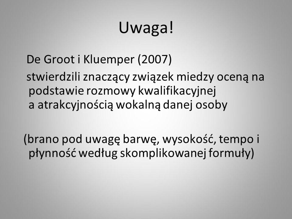 Uwaga! De Groot i Kluemper (2007) stwierdzili znaczący związek miedzy oceną na podstawie rozmowy kwalifikacyjnej a atrakcyjnością wokalną danej osoby