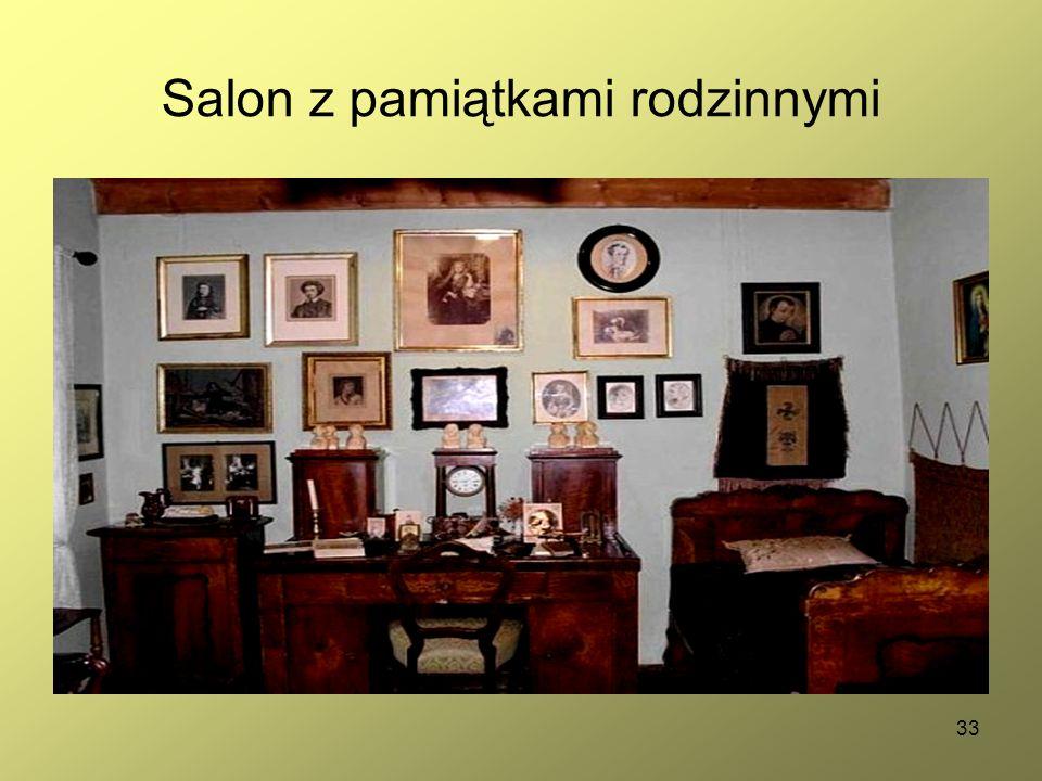 33 Salon z pamiątkami rodzinnymi